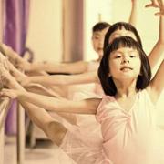 幼儿园舞蹈训练示范