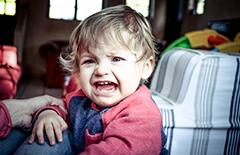 宝宝发脾气的表现 不依不挠好头疼