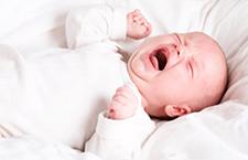 新生儿大便有奶瓣 父母怎么办
