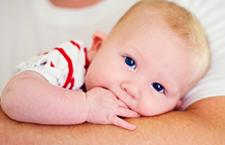 新生儿裹太厚 当心捂出脓疱疮