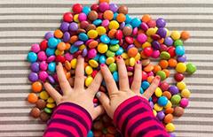 父母应如何教宝宝认识颜色、辨别颜色呢