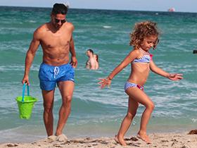 法尔考全家迈阿密度假 享受美好的阳光和假期