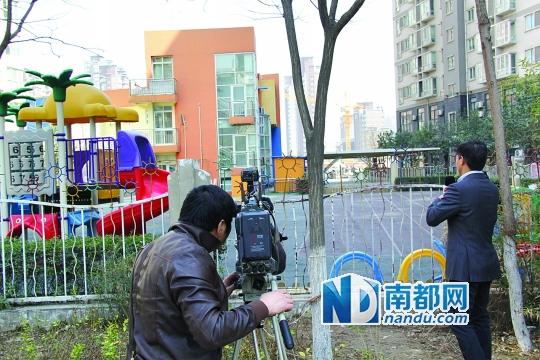 昨日,空荡荡的枫韵幼儿园和园外的记者、家长。 南都记者 孙旭阳 摄
