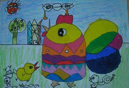 上面的蜡笔画中我们可爱的小鸡在大公鸡旁边快乐的