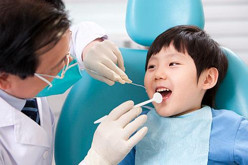 小孩氟斑牙怎么治疗 程度不同疗法不同