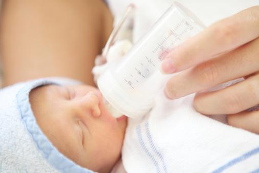 新生儿吐奶严重怎么办 了解原因巧处理
