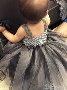 昆凌亲手为女儿缝公主裙