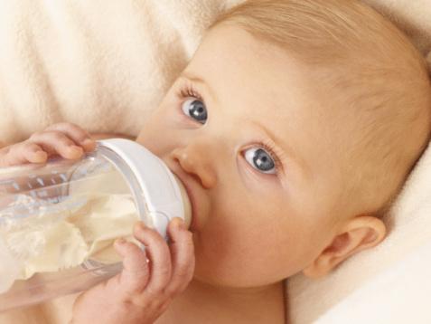 如何预防宝宝喝奶粉便秘 辅食适当来增加