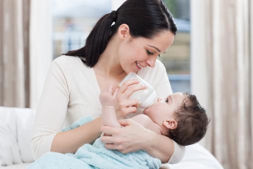 宝宝喝奶粉便秘怎么办 多喝水来助缓解