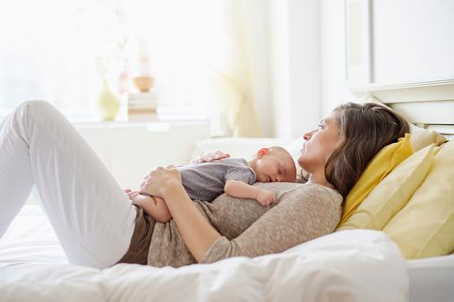 新生儿吐奶的正确拍法