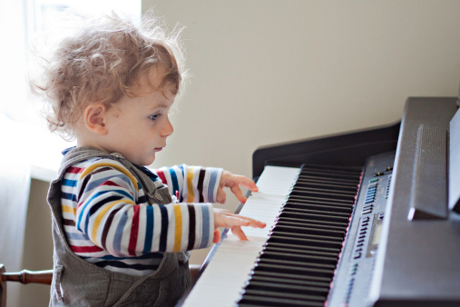 宝宝学弹琴的好处