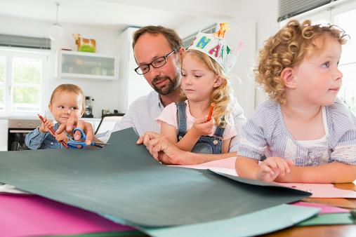儿童什么时候学用剪刀