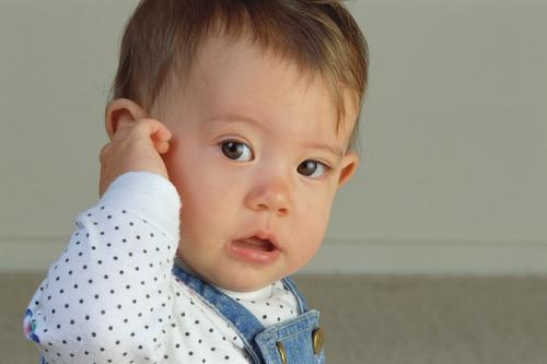 新生儿吐奶后打嗝怎么办