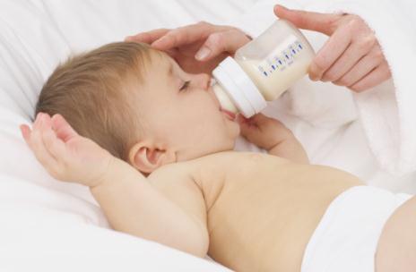 宝宝喝奶粉便秘的原因多 缓解妙法学起来