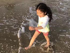 阿拉蕾海边光腿玩水敲萌