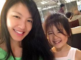林熙蕾接送女儿上学前班