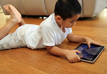 小孩子玩ipad好不好 家长要注意引导