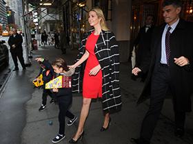 川普女儿替儿子拎书包