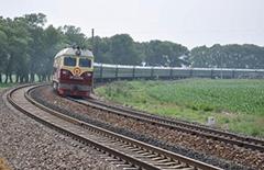 惊险一幕 3名小学生铁轨寻宝遇火车被民警救下