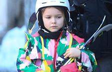 小七自抱滑雪板哥哥护