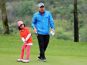 刘国梁指导女儿打高尔夫