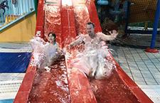夏克立带女儿悉尼玩水 夏天秒变表情包