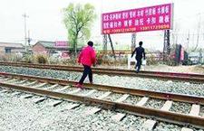 女孩穿铁道被撞身亡 7年无人认领