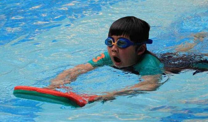 游泳溺水如何进行现场急救 你会吗